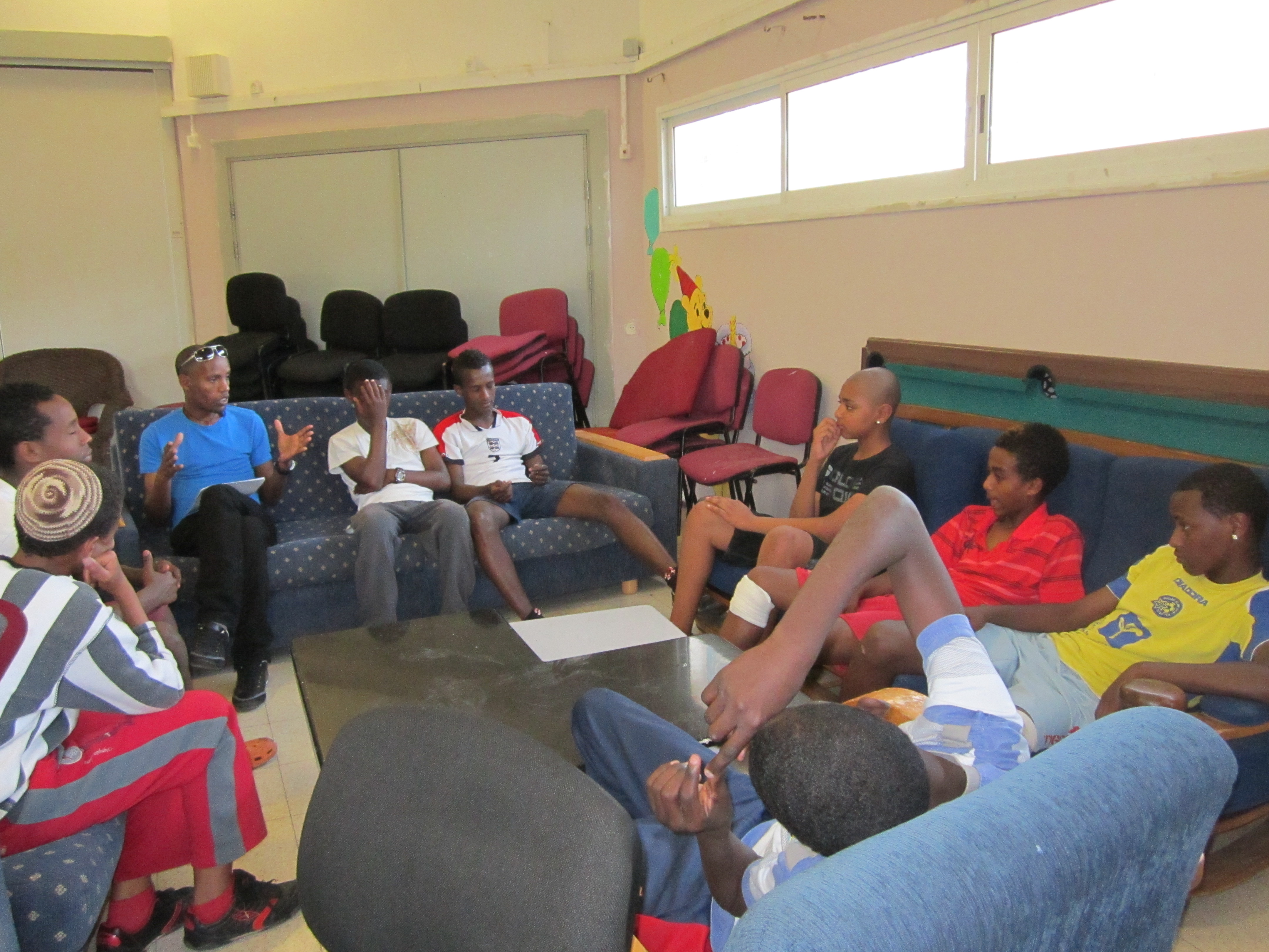 דיון בנושאים חברתיים עם החניכים במרכז הנוער